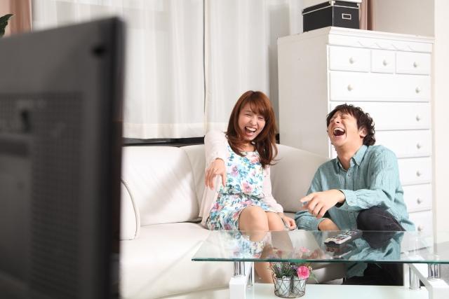 無料お試しができる動画配信サービスFODプレミアムを思いっきり堪能しているカップルのイメージ画像